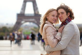 Romantic couple in Paris by the Eiffel Tower — Stock Photo