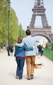 Young couple going to have a picnic by the Eiffel Tower — Stock Photo