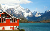 Lake house. Hotel Pehoe on the shore of Pehoe lake in Tprres del — Stock Photo