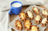 Traditional karelian pasties and cup of milk — Stock Photo