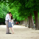 Romantic loving couple n Luxembourg garden of Paris — Stock Photo