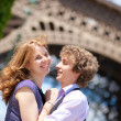 Happy tourists in Paris under the Eiffel tower — Stock Photo