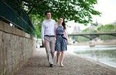 Romantic couple is having a stroll by the Seine in Paris — Stock Photo