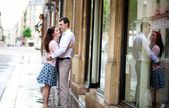 Kramande par och deras reflektion i fönstret — Stockfoto