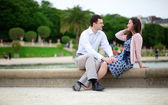 Romantisch zu zweit sitzen am wasser im jardin du luxembourg über par — Stockfoto