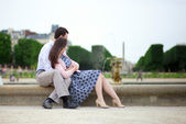 Romantic couple sitting by the water in Luxembourg garden of Par — Stock Photo