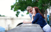 Romantic couple is talking at the Seine embankment in Paris — Stock Photo