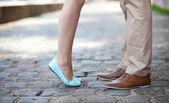 Tatlı bir tarih boyunca erkek ve kadın bacakları — Stok fotoğraf
