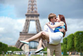 Man carrying his girlfriend in his arms in Paris — Stock Photo