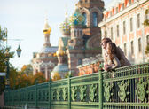 Happy couple near the Church of the Savior on Blood in Saint-Pet — Stock Photo