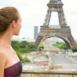 Young beautiful girl in Paris, looking at the Eiffel Tower — Stock Photo