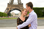 Happy couple in love in Paris near the Eiffel Tower — Stock Photo