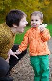 мать и сын, весело вместе в осеннем лесу — Стоковое фото