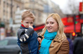 Happy mother and son in Paris — Stock Photo
