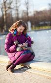 Schöne mädchen in helle kleidung, etwas zu schreiben, in ihr notebo — Stockfoto