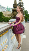 Beautiful young woman in Paris on the Pont Alexandre III — Stock Photo