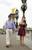 Happy romantic couple in Paris, walking crossing the Pont Alexan — Stock Photo