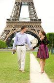 Romantisch zu zweit in paris, zu fuß durch den eiffelturm — Stockfoto