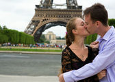Romantic couple in Paris near the Eiffel Tower — Foto de Stock