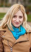 Zewnątrz portret pięknej kobiety blondynka — Zdjęcie stockowe