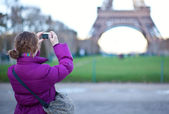 Tourist taking a picture of the Eiffel Tower — Stock Photo