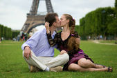Romantic couple in Paris kissing near the Eiffel Tower — Stock Photo