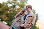 Glückliches junges paar spaß zusammen — Stockfoto