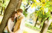 快乐的年轻夫妇的户外秋季肖像 — 图库照片