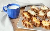 Tradycyjne pasty karelski szklanki mleka — Zdjęcie stockowe