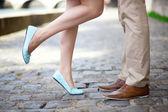 Mannelijke en vrouwelijke benen tijdens een datum — Stockfoto