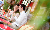 Happy couple eating delicious macaroons in a Parisian outdoor ca — Stok fotoğraf