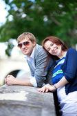 Gelukkige lachen paar plezier buitenshuis — Stockfoto