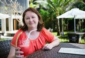 Happy woman enjoying her fresh watermelon juice at tropical reso — Stock Photo