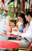 在巴黎的露天咖啡馆夫妇 — 图库照片