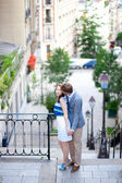 Paris Montmartre merdivenlerde güzel Romantik Çift — Stok fotoğraf