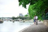 Citas par romántico está caminando por el agua — Foto de Stock