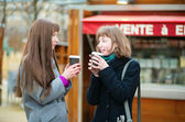 Two friends drinking coffee outdoors — Stock Photo