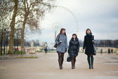 Three girls in the Tuileries garden — Stock Photo