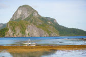 Beautiful landscape with an outrigger boat on Palawan — Stock Photo