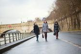 パリを歩く 3 つのうれしそうな女の子 — ストック写真