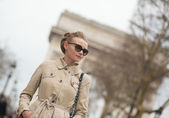 Elegant Parisian woman on Champs-Elysees — Stock Photo