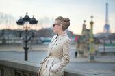 Elegante joven parisiense al aire libre — Foto de Stock