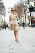 Beautiful young woman on the Champs-Elysees — Stock Photo
