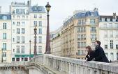Casal feliz rindo na ponte — Foto Stock