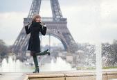 Cheerful girl near the Eiffel tower in Paris — Stock Photo