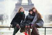 Cheerful friends in Paris together — 图库照片