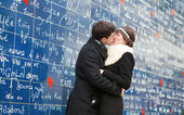 Couple kissing on Montmartre in Paris — Stock Photo