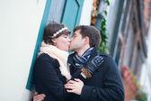 Kız ve erkek birbirlerini öpmeye — Stok fotoğraf