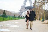 Romantický pár za deště v paříži — Stock fotografie