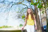 Szczęśliwy piękna dziewczyna korzystających lato dzień w paryżu — Zdjęcie stockowe